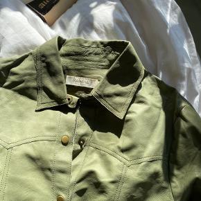 Meget blød skjorte i 100% læder. Brugt én gang, enkelte tegn på brug på læderet, skriv for billeder 💚