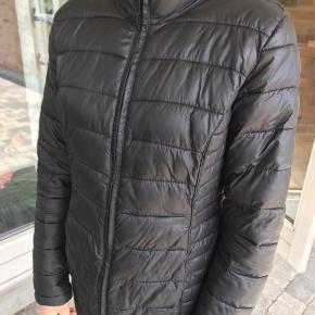 Sælger denne jakke. Kan ikke huske, hvor den er købt. Den er næsten ikke brugt, så er i god stand🌸