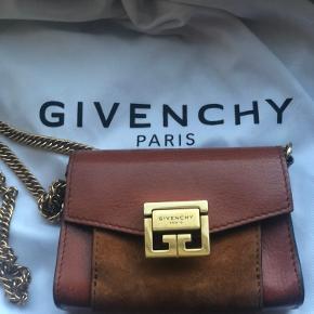 Givenchy Nano GV3 Belt Bag Så fin, elegant, kan bruges som bæltetaske (bælte køber man selv seperat) eller pung   Jeg har fået rigtig mange henvendelser og prisen er fast. Der er næsten angivet en besparelse på -78%:)  Guldkæde:  40 cm / 15.5 inches B: 12 cm / 4.5 inches H: 7 cm / 3 inches.