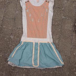 """Scotch r'belle kjole i str- 14 år Farve: Grå,Creme,Turkis Oprindelig købspris: 700 kr.  Den flotteste kjole i de sødeste farver. En rigtig """"indianer"""" kjole med blondekant under skørtet. Måler ca. 88 cm i længden. Pris: 125 kr"""