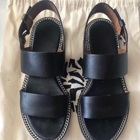 Lækre sandaler i str 37, de er i god stand!