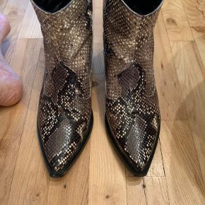 Sælger mine skønne boots fra Apair. Slangeskind print i sort/brun/army farver. Så fine  Hæl ca 5 cm