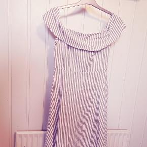 Boohoo of shoulder kjole helt ny med tag. Str 36.