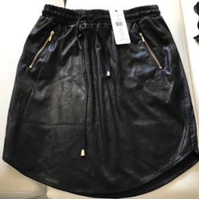 Ny lækker nederdel - aldrig brugt.