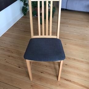 Sælger fem stole i lakeret bøg. Gode, klassiske og robuste stole Har selv sat nyt betræk på i grå for et par år siden, men mener at der er blåt betræk under.  75kr pr stol.