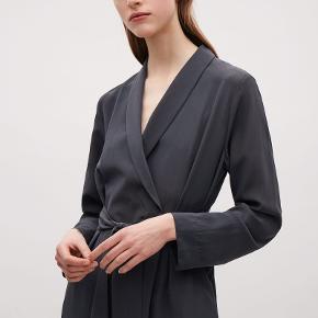 Fin jakke/kjole i sandvasket sort silke. Fejler ingenting.