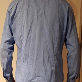 Elegant lyseblå herreskjorte i tip top stand 👔✨