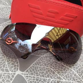 Lækre Armani solbriller der dækker hele synsfeltet. Sælges billigt da de har små ridser og mangler et par sten i mærket i begge sider. Sender med dao til 38,- og mobilepay