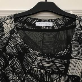 Super fin kjole, sælges da jeg ikke får den brugt... så fin med læderjakke eller cowboy jakke udover:)  Giv et bud:)