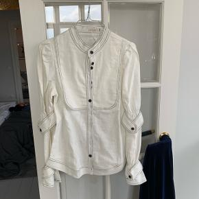 Yndigste hvide hørskjorte med detaljer. Stadig med tag.