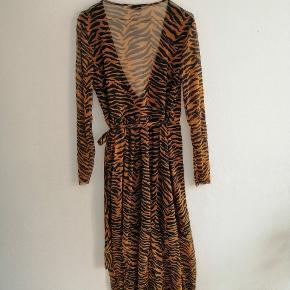 Maxi kjole med Tiger striber, slå-om-kjole med bindebånd  Orange, blå sort, stribet, slå om kjole, maxi #Secondchancesummer