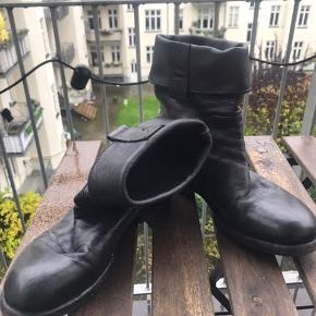 Super bløde italienske læder kvalitetsstøvler. De kan foldes ned, hvis man ønsker og har fået nye såler, fordi lædersålen var glat.  De har fra nye, set brugt ud og det er tydeligvis det look de er gået efter med designet også på mange af deres andre sko og støvler.