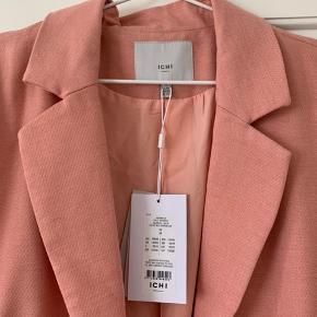 Let frakke / jakke i rosa-fersken farve. Nypris: 800 kr.