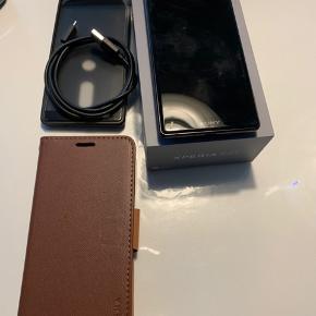 Sony XPERIA XZ2  64 Mb med cover (værdien på 500kr) og USB  Har brugt kun et år. Næsten som ny! :)  Den fejler intet.