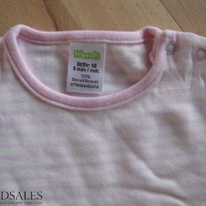 Varetype: NY bluse Farve: Lyserød/hvid  Havde desværre glemt alt om denne søde bluse.  Den er lyserød/hvid med 2 trykknapper oppe på den ene skulder.   Vasket 1 gang i Neutral.  Ikke tumblet.