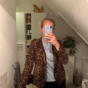 Super fin jakke fra neo noir. Næsten aldrig brugt. Fitter også en small. 98kr eksl fragt🥰