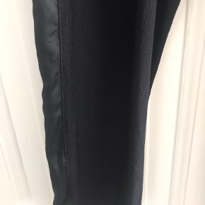 Cool bukser fra Heartmade i viscose og silke med silkekile i begge sider. Ældre model men brugt meget få gange.