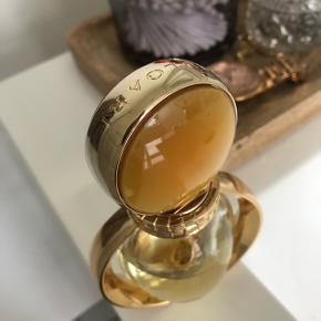 Evt bytte .Bvlgari goldea, lækker sød duft , jeg vil skyde på at der er ca 35 ml tilbage ud af de 50 ml. Alle mine parfumer står mørkt. Sælger da duften minder mig om noget jeg ikke bør mindes om længere 😊 men den er super god!