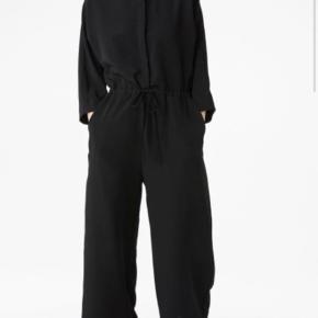 Fin buksedragt fra Monki. Ankellang og vid i benene.