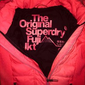 Superdry Fuji Slim jakke med hætte og dobbelt lynlås til kvinder.  Fuji jakken har endvidere elastiske paneler i siderne, så den sidder ekstra godt.  Hentes inden 15. november = 115,-  Den er brugt lettere, og er i rigtig pæn stand.  Nypris var ca. 999,-.  Det er en str. small, og den passer cirka str 34-38.  Ved hurtigt køb, så kan den erhverves for 110,-