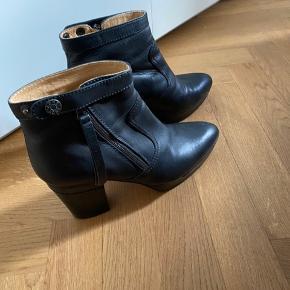 Acne støvle sælges, brugt minimalt og ingen tegn på slid.