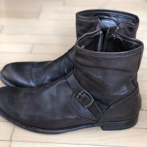 Håndsyet Paul Smith støvler. Kvalitets produkt, der holder evigt, da de altid kan reparers, når de bliver slidte og det ville kunne betale sig.