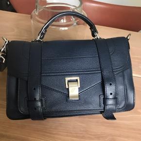 Jeg sælger min flotte Proenza taske, hvis det rigtige bud kommer. Denne taske er max brugt 5 gange. Jeg har købt den i Illum og jeg har derfor alt på den. Jeg vil meget gerne komme med ydeligere information og sende billeder, men kun til de der er SERIØSE. Min mindstepris er lige nu 9000kr. Fra nu koster den 11.570kr.