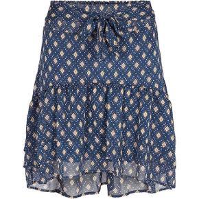 Nederdel fra co'couture i S. Aldrig brugt. Nypris 600 kr. Vil gerne have 300-350 kr. - køber betaler Porto