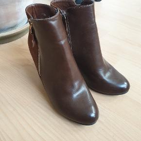 Brune støvler med læder- og ruskinds-look. Aldrig brugt.