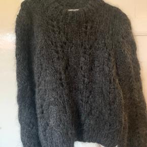 Den smukke koksgrå sweater fra Ganni. Den er håndvasket én enkelt gang.
