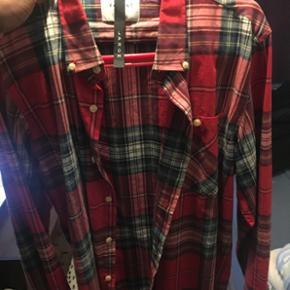 Sælger denne rød flannel fra mærket Vailent Pure  Str L   Fik den som julegave   Cond 10/10   Skjorten er i god stand og er ikke brugt