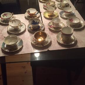 Mokka kopper med under kopper med forskelligfarver og  motiver. Ingen af dem er ens.  Der er ingen skår i nogen af dem de er intakt og i meget flot stand. Meget velkommen til at komme og se dem.   sælges samlet 500 kr.   hvis man kun ønsker at købe en eller flere er der  forskellige priser alt efter hvilke en af dem man ønsker at købe.  Da det også er et samleobjekt.
