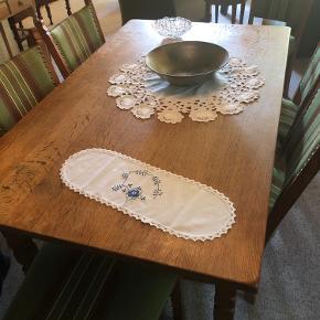 Spisebord med tilhørende 6 stole.  Giv et bud.  Skal afhentes i Åbøl.