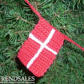 Brand: Faster Larsens Varetype: Hæklet Jule Flagranke Størrelse: 1m Farve: Rød og Hvid Denne vare er designet af mig selv.  Duften af pebernødder, ild i brændeovnen og en kop kanelkaffe, en grangren med en flagranke ..... og julehyggen siver ind mellem sprækkerne ;-)  Flagranke med 5 flag måler 1m. 75,- Flagranke med 10 flag måler 2m. 150,-  Du bestemmer selv længde og antal flag. 15,- pr. flag  Hæklet i tyndt merc. bomuldsgarn, i julerød eller mørkerød. Et flag måler 4 x 5,5cm.  Se også mine andre annoncer med Design by Me.