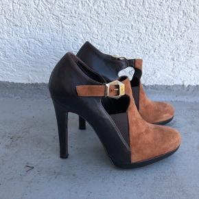 Flotte og unikke sko med fine detaljer fra Alberto Zago. De er str. 37 og er almindelige i størrelsen. Hælhøjden er ca. 11 cm og der er ca. 1,5 cm plateau foran. De er kun brugt få gange og er i fin stand :-) Min. pris 200 plus porto