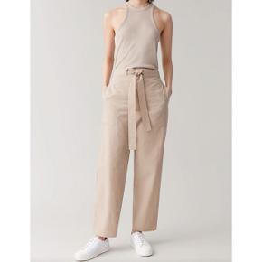 Brugt to gange, lækre lette bukser fra COS i str 38, vil sige de er til den store side, men kan spendes ind med bælte.  Åben for bud