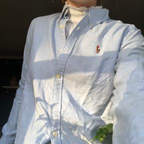 Rigtig pæn skjorte i fin stand fra Ralph Lauren i modellen slim fit. Den kan også bruges til uden på eller inden under en bluse som på billedet.
