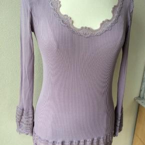 Farve: sart violet. Materiale: 70% silke, 30% bomuld. Perfekt stand. Sendes for kr. 35,-