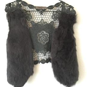 Caitlyn pelsvest med blonder på ryggen  Blondevest med ægte pels Kaninpels Str. One size  Oprindelig købspris: 899, -