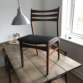 4 stole i teak træ med nappa kunstlæder på sædet.   Alle stolene er rigtig god stand. De blev senest limet i samlingerne i maj 2017, så de kunne godt trænge til en ny omgang.