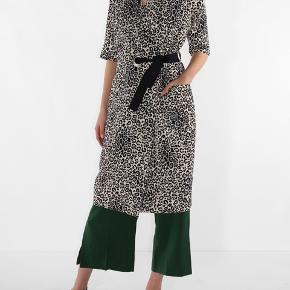 Kimono kjole i lydt leopard mønster. Fejler ingenting.