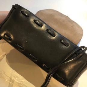 Smuk taske fra Acne, sjældent udbudt. Lidt patina, men pæn stand. Super tykt kernelæder. Remmen kan gå crossbody. Sælges for 950 pp
