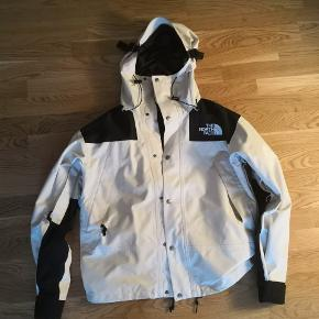 The north face mountain 1990 jakke + inderfleece. Jakken er meget velholdt og i super stand. Jakkens Nypris er 2900 Fleece Nypris 900