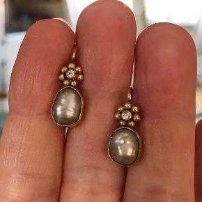 Smukke forgyldte sølvøreringe med barokke grå ferskvandsperler og lille klar zirkon.  Bytter ikke.