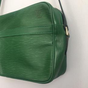 """Louis Vuitton Trocadéro 27 Green Epi  Taske mål: 18 x 27 x 7 cm  Taske rem: 116-134 cm   Tasken er næsten som ny uden på og inden i, men de to må """"lomme eller rum"""" kan ikke bruge da det er klistret. Så det er kun det store rum som kan bruges.  Der hører ikke kvittering med eller andet, og serienummeret viser at den er ægte."""