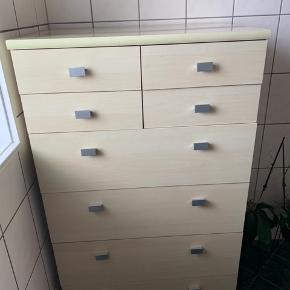 Fejler intet, dog er den brugt  Skabet er fra IDEmøbler   Bredde: 75 cm Højde: 118 cm Dybde: 50 cm