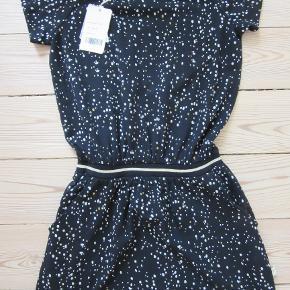 Pompdelux kjole, str. 146-152. Aldrig brugt. Stadig med mærke. Sælges nu for blot 100 kr. pp, men KUN via Mobilepay.