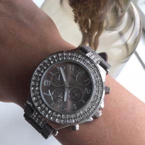 Smukt og praktisk ur fra Ernest, har bare lagt i et smykkeskrin. Der skal nyt batteri i :-).
