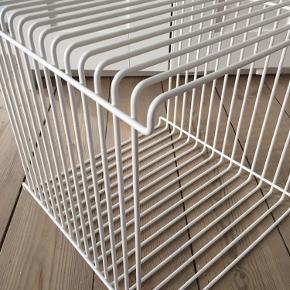 Verner Panton trådreolen er formgivet i forkromet stål. Farve: Snow Så god som ny. Aldrig hængt op.  https://www.montanastore.dk/produkt/borde/panton-wire-reol/