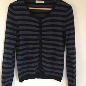 Lækker tynd uldstrik. Kan bruges både som sweater og cardigan. Støvet blå/sort Strib. Almindelig i størrelsen.